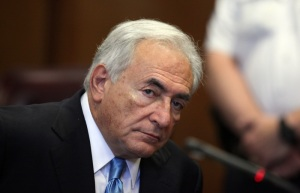 Dominique Strauss-Kahn, az IMF (Nemzetközi Valutaalap) szexuális bűncselekménnyel vádolt volt francia vezérigazgatója a New York-i állami legfelsőbb bíróságon 2011. július 1-jén