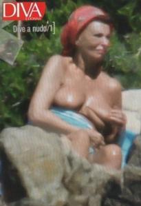 Sophia Loren Oscar-díjas olasz színésznő félmeztelenül Szardínia szigetén, 2011 augusztus 12-én