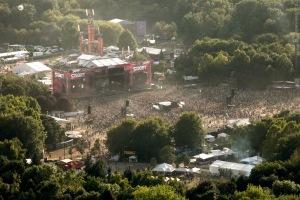 A Sziget Fesztivál résztvevői a budapesti Hajógyári-szigeten délelőtt 2011. augusztus 12-én