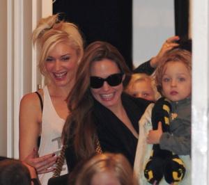 Angelina Jolie Oscar-díjas amerikai színésznő Gwen Stefani amerikai énekesnő londoni házából távozik a gyermekeivel 2011. szeptember 26-án