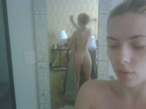 Scarlett Johansson amerikai színésznő egy tükör előtt éppen saját magát fotózza meztelenül, 2011 (Kép Johansson mobiltelefonjából)