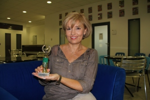 Ábrahám Edit magyar színésznő az év színésznője kategóriában elnyert Arany Medál-díjjal a kezében Budapesten 2011. szeptember 21-én (Fotó: Mészáros Márton)