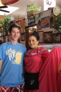 Mexikói népviseletbe öltözött höllgyel egy mexikói étteremben San Diegóban (Mészáros Márton felvétele)