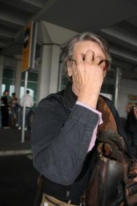Jeremy Irons nem szereti ha fotózzák - Az Oscar-díjas brit színészt a Budapesti Liszt Ferenc Nemzetközi Repülőtéren csíptem el 2011. szeptember 20-án (Fotó: Mészáros Márton)