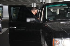 Jeremy Irons Oscar-díjas brit színész távozik a Budapesti Liszt Ferenc Nemzetközi Repülőtérről 2011. szeptember 20-án
