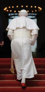 XVI. Benedek pápa a berlini államfői rezidenciára, a Bellevue-kastélyba érkezik 2011. szeptember 22-én