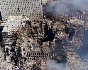 A New York-i Világkereskedelmi Központ ikertornyai (World Trade Center) a merénylet után