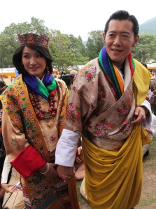 Dzsigme Keszar Namgjel Vangcsuk bhutáni király és felesége, Dzsecun Pema királynő a régi bhutáni fővárosban, Punakában az esküvőjük után 2011. október 13-án