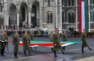 Katonai tiszteletadás az 1956-os forradalom évfordulója alkalmából az Országház előtt 2011. október 23-án