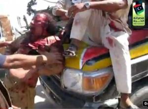 Élete utolsó perceiben készült felvételen látható Moammer el-Kadhafi volt líbiai vezető Szirt városában, mielőtt megölték volna 2011. október 20-án