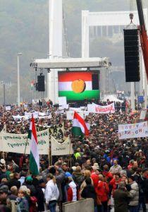 """A """"Nem tetszik a rendszer!"""" elnevezésű Egymillióan a sajtószabadságért civil szervezet által rendezett kormányellenes tüntetés az Erzsébet-híd pesti hídfőjénél 2011. október 23-án"""
