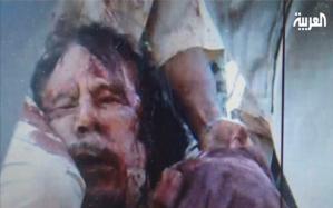 Egy arab hírtelevízió által közreadott kép, amelyen Moammer Kadhafi líbiai vezető látható, miután megölték Szirt városában a felkelők 2011. október 20-án