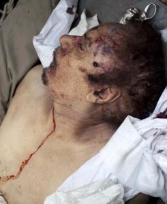 Moammer el-Kadhafi volt líbiai vezető holtteste, miután megölték a felkelők 2011. október 20-án