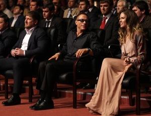 Ramzan Kadirov csecsen elnök, Jean-Claude Van Damme belga filmsztár és Hilary Swank Oscar-díjas amerikai színésznő az elnök és a csecsen főváros tiszteletére rendezett ünnepségen Groznijban 2011. október 5-én