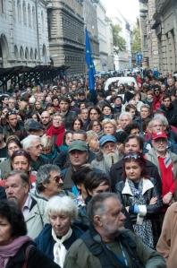 Dörner György igazgatói kinevezése ellen tüntettek az Új Színház előtti téren Budapesten 2011. október 22-én