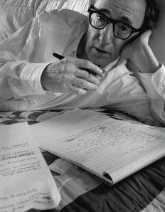 A grafomán Woody Allen éppen ír (A felvétel készítésének dátuma: 1996)