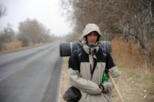 A 20 ezer kilométert gyalogló Guillaume Combot Csongrád megyében a régi 5-ös út mentén 2011. november 21-én