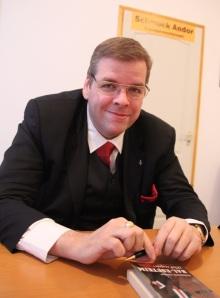 Schmuck Andor baloldali magyar politikus, a Tisztelet Társaság alapítója,a Magyarországi Szociáldemokrata Párt (MSZDP) főtitkára