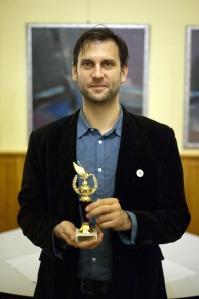 Simon Kornél magyar színész az év hazai színészének járó Arany Medál-díjjal Budapesten 2011. december 13-án. (Fotó: Marjai János)