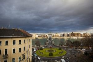 Viharfelhők a Lánchíd felett Budapesten 2011. december 8-án