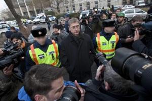 Rendőrök vezetik el Gyurcsány Ferenc volt miniszterelnököt, a Demokratikus Koalíció elnökét a Lehet Más a Politika demonstrációja után a Parlament előtt 2011. december 23-án