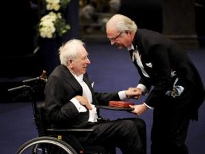 Tomas Tranströmer svéd költő átveszi az irodalmi Nobel-díjat XVI. Károly Gusztáv svéd királytól a díjak átadási ünnepségén Stockholmban 2011. december 10-én