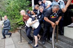 Julia Gillard ausztrál kormányfőt menekítik ki egy canberrai étteremből 2012. január 26-án