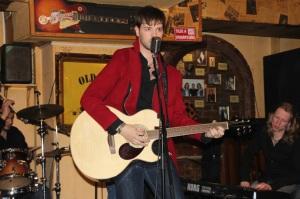 Andorai Péter énekel a Magnolia Garden együttes koncertjén a budapesti Old Man's Pubban 2012. január 23-án (Fotó: Mészáros Márton)