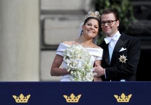 Viktória svéd trónörökösnő és férje, Dániel herceg mennyegzőjük után a stockholmi királyi palota erkélyén 2010. június 19-én