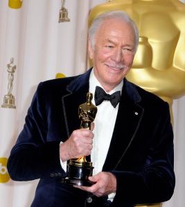 Christopher Plummer kanadai színész a legjobb férfi mellékszereplőnek járó Oscar-díjával Hollywoodban 2012. február 26-án