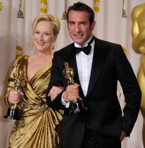 A legjobb női főszereplő kategóriában kitüntetett Meryl Streep és a legjobb férfi főszereplő kategóriába díjazott Jean Dujardin az Oscar-díjukkal Hollywoodban 2012. február 26-án