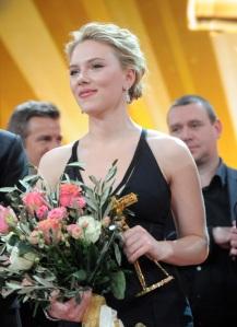Scarlett Johansson amerikai színésznő, miután átvette a legjobb külföldi színésznőnek járó Aranykamera-díjat Berlinben 2012. február 4-én