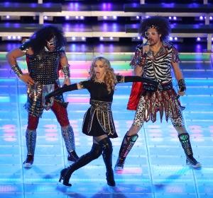 Madonna amerikai énekesnő és az LMFO amerikai együttes tagjai a Super Bowl döntőn Indianapolisban 2012. február 5-én