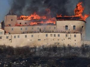 Lángol a szlovákiai magyar krasznahorkai vár 2012. március 10-én