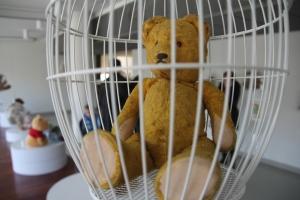 """Játékmackó a """"Fogadj örökbe egy macit!"""" kampány budapesti Design Terminálban rendezett kiállításán 2012. március 4-én (Fotó: Mészáros Márton)"""