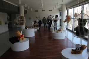 """Érdeklődők a """"Fogadj örökbe egy macit!"""" kampány budapesti Design Terminálban rendezett kiállításán 2012. március 4-én (Fotó: Mészáros Márton)"""