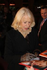 Helen Mirren Oscar-díjas brit színésznő autogramokat ad Az ajtó című filmje budapesti bemutatóján 2012. március 7-én (Fotó: Mészáros Márton)