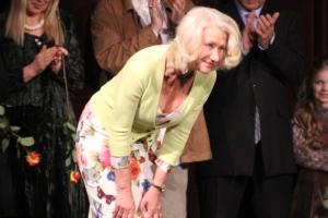 Helen Mirren Oscar-díjas brit színésznő meghajol Az ajtó című filmje budapesti bemutatóján 2012. március 7-én (Fotó: Mészáros Márton)