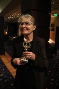 Törőcsik Mari Kossuth-díjas színművésznő, a Nemzet Színésze, miután átvette tőlem az Arany Medál-díjat 2011. december 20-án (Fotó: Mészáros Márton)