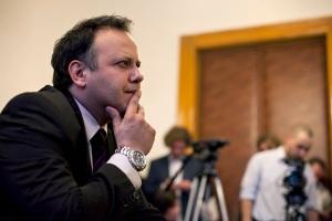 Damu Roland magyar sorozatszínész a másodfokú ítéletet hallgatja a Fővárosi Törvényszéken 2012. március 20-án (Fotó: Origo)