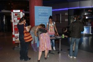 A családon belüli erőszak ellen gyűjtenek aláírást a budapesti Mamut bevásárlóközpontban 2012. április 22-én. (Fotó: Mészáros Márton)