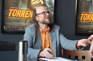 Santiago Segura spanyol színész-rendező-forgatókönyvíróval, Torrente kitalálójával és megformálójával aláír a füzetembe az Aréna Plázában tartott közönségtalálkozón 2012. április 29-én (Fotó: Mészáros Márton)