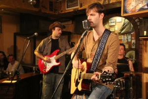 Andorai Péter énekel a Magnolia Garden együttes koncertjén a budapesti Old Man's Pubban 2012. április 30-án (Fotó: Mészáros Márton)