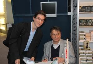 Claudio Magris olasz író-irodalomtudóssal, a feszticál díszvendégével, miután dedikálta a könyveit a XIX. Budapesti Nemzetközi Könyvfesztiválon a Millenárison 2012. április 20-án.