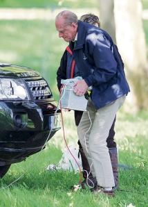 Fülöp edinburgh-i herceg 5 kg-os akkumulátort cipel a Royal Windsor Horse Show-n 2012. május 12-én
