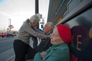 Jeanie 82 éves, Will 84 éves és Adina 90 éves - Szerelmi háromszög van köztük (Isadora Kosofsky felvétele, 2012)