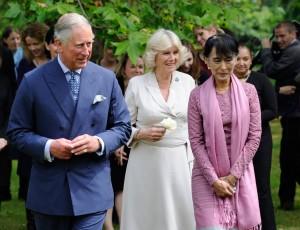 Aung Szan Szú Kji, a mianmari (burmai) ellenzéki vezető Károly brit trónörökös és neje, Camilla hercegnő társaságában Londonban 2012. június 21-én