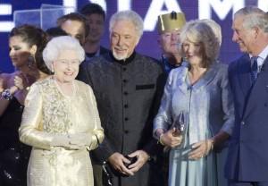 II. Erzsébet brit királynő Tom Jones walesi énekes, Camilla cornwalli hercegnő és Károly herceg társaságában a  gyémántjubileuma alkalmából adott szuperkoncerten a Buckingham-palota előtti téren 2012. június 4-én