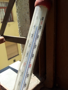 Plusz 40 Celsius-fok feletti értéket mutat a hőmérő az ablakomban - Budapest, 2012. június 18. (Fotó: Mészáros Márton)