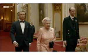 A James Bondot alakító Daniel Craig brit színész és II. Erzsébet brit királynő a 2012-es londoni olimpián bemutatásra került 4 perces kisfilm egyik jelenetében
